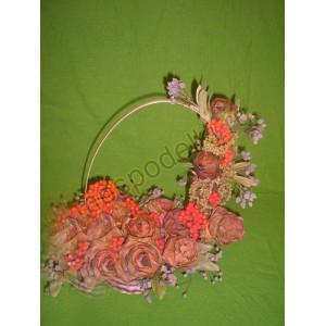 Корзина с розами из листьев