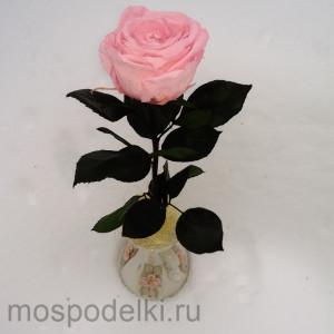 Неувядающая роза в вазе ручной работы